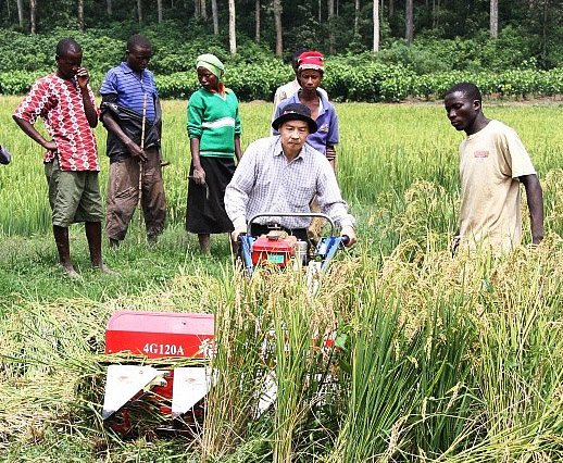 A Chinese Farm Technology Expert Shows African Farmers How To Use Modern Machinery Photo Provided China Daily