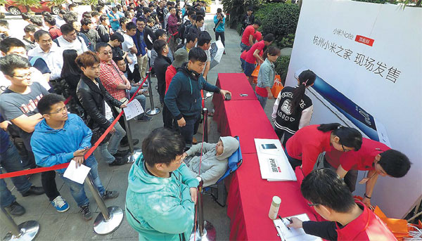 People Queue To Buy Mi Note Smarphones In Hangzhou In May