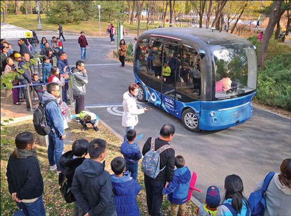 People Are Attracted By A Driverless Shuttle Bus In China